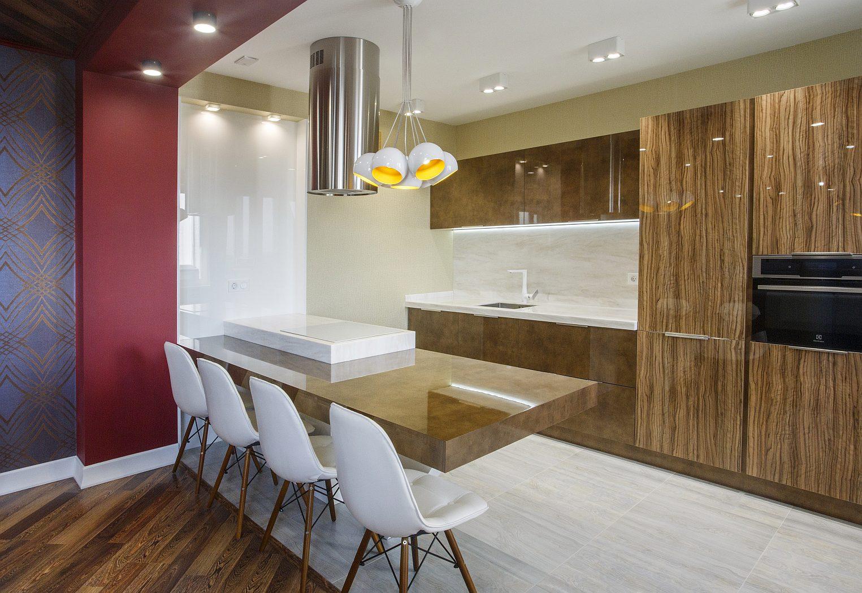 Дизайн интерьера кухонной зоны с лакированной мебелью