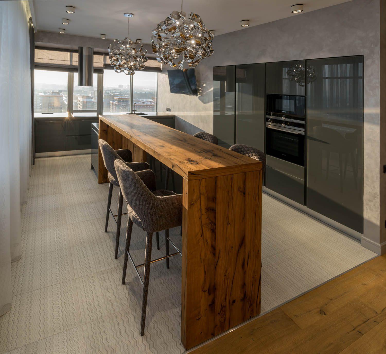Дизайн интерьера кухни со встроенной техникой и барным столом