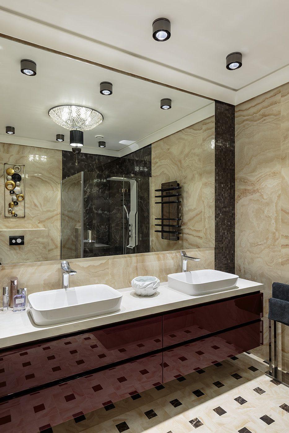 Дизайн интерьера ванной комнаты с двумя раковинами в плитке