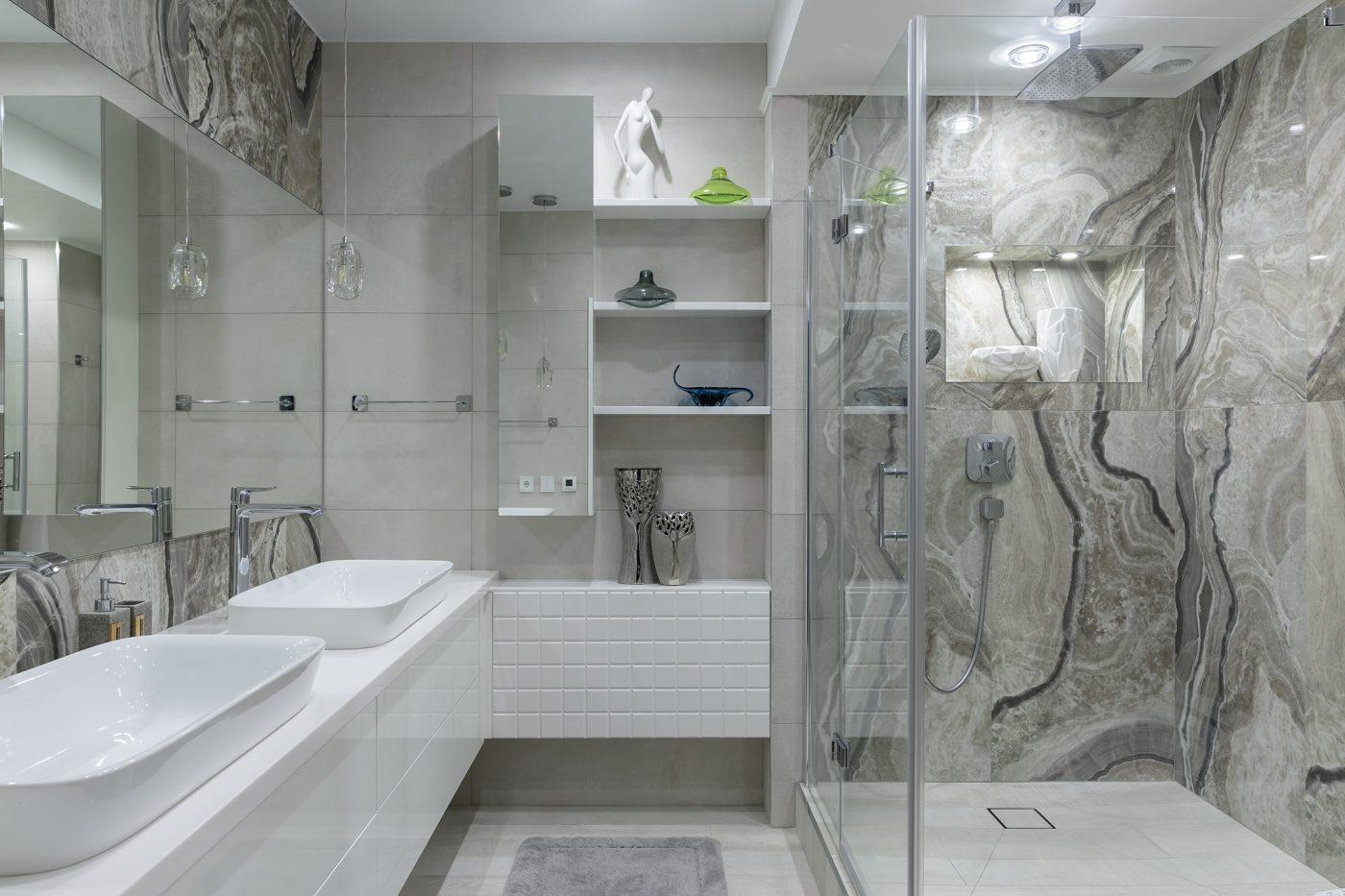 Дизайн интерьера ванной с двумя раковинами и душевой кабиной