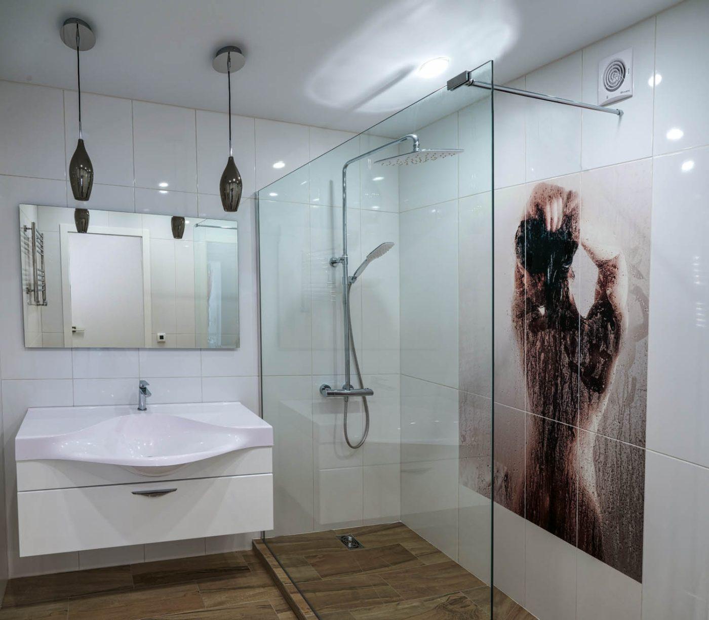 Дизайн интерьера душевой со стеклянной перегородкой