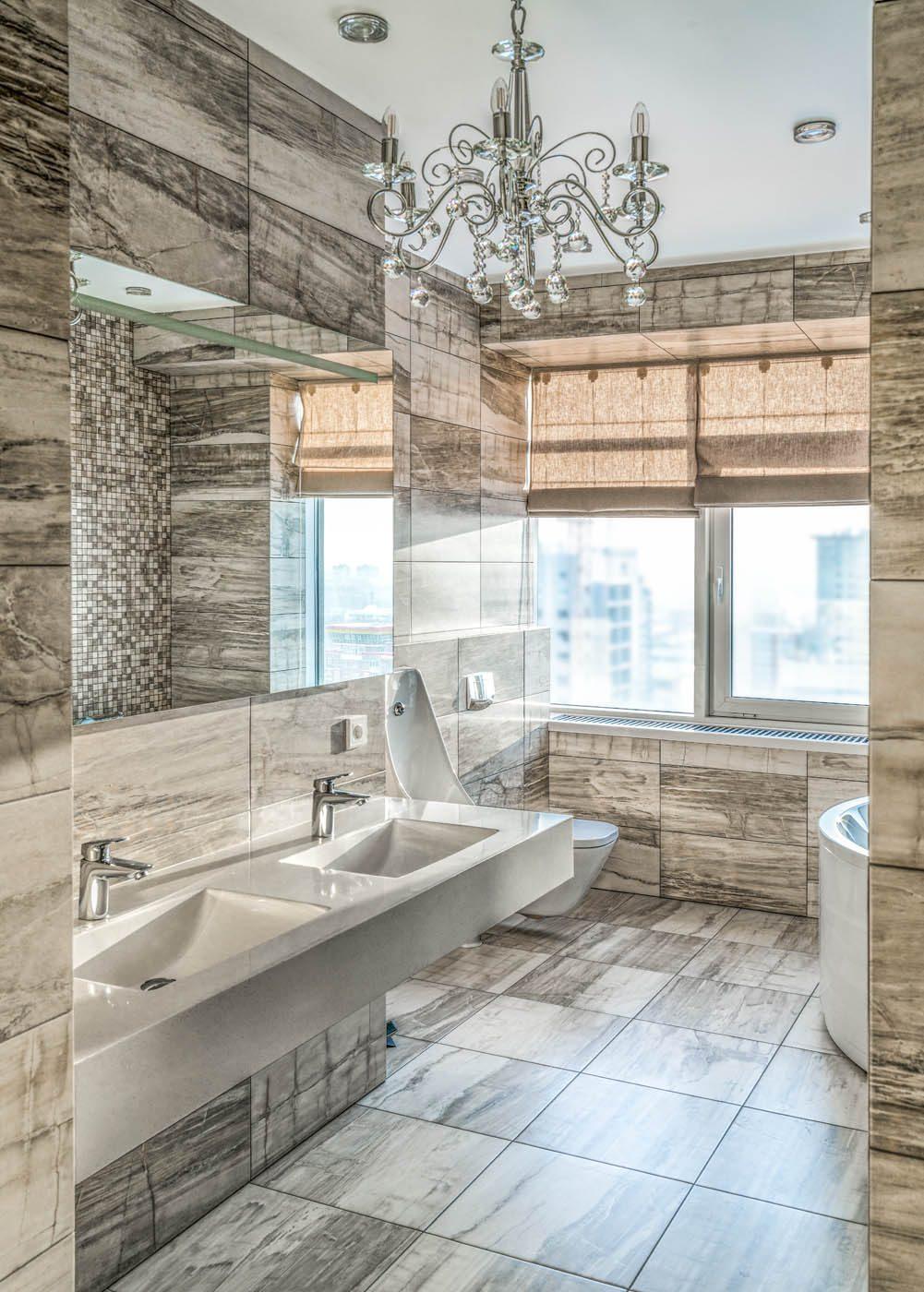 Дизайн интерьера ванной комнаты с двумя раковинами и окном
