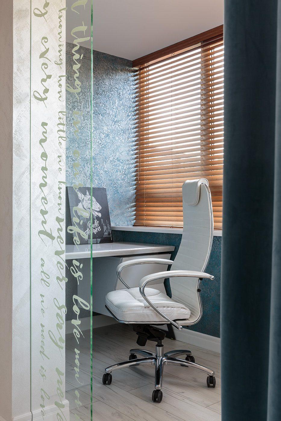 Дизайн интерьера рабочей зоны на лоджии в небольшой квартире