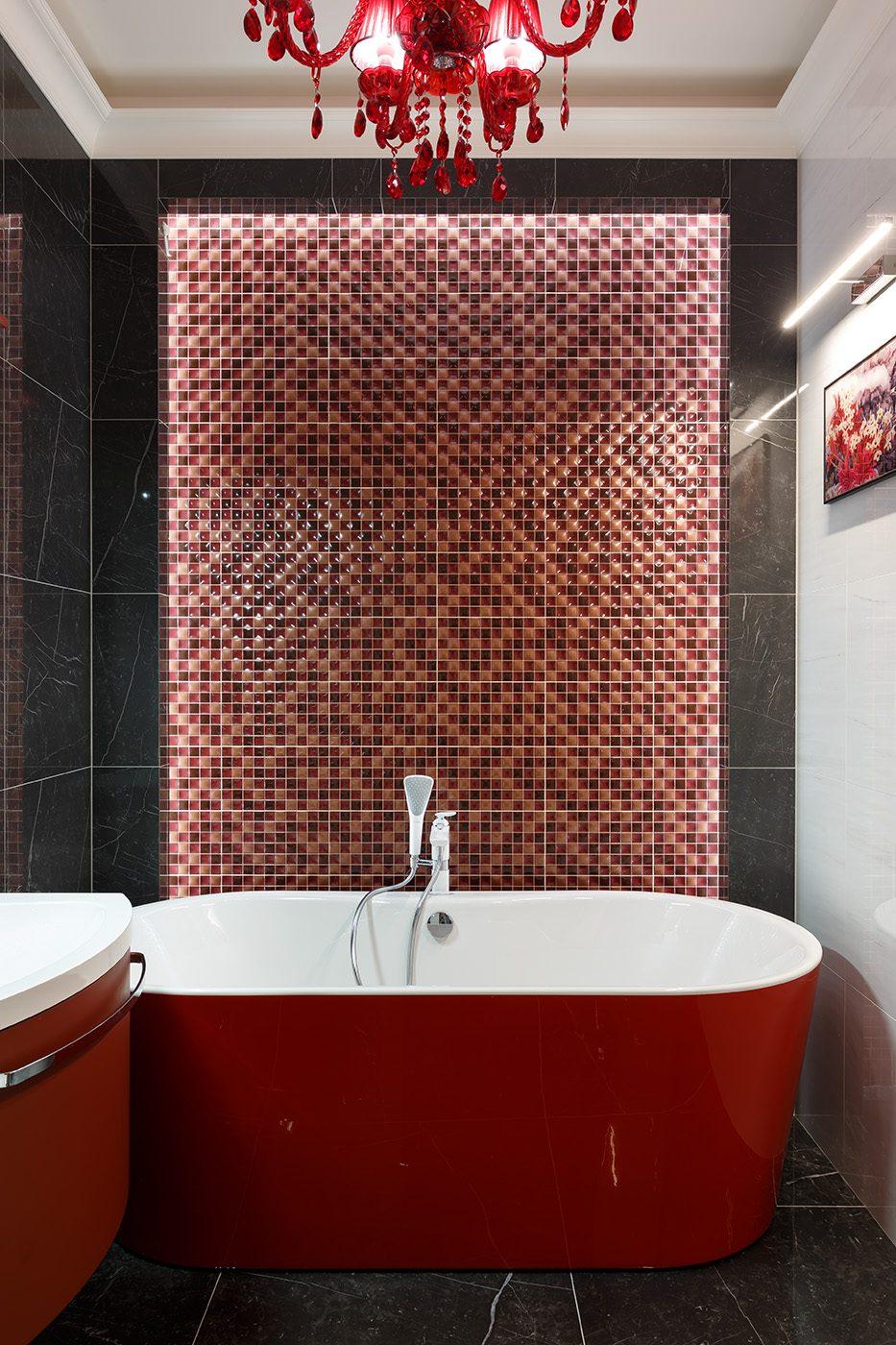 Дизайн ванной в красно-черных цветах в большой квартире