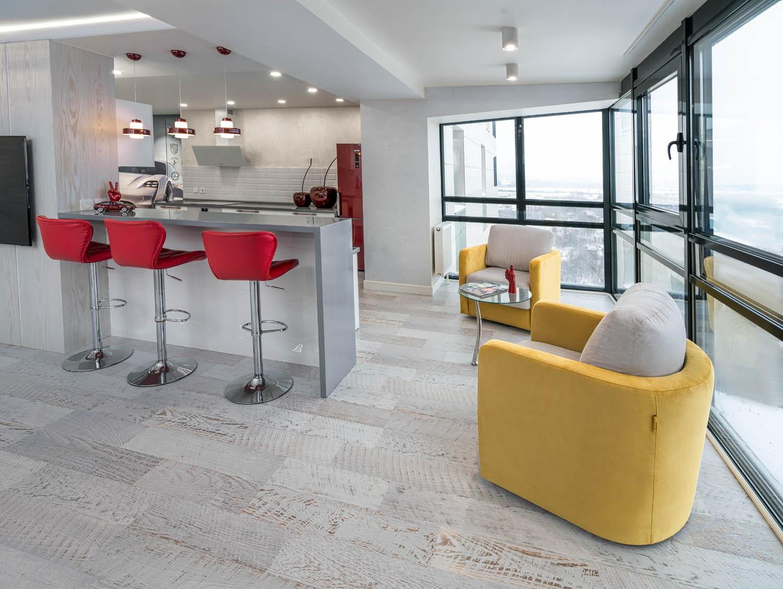 Дизайн интерьера гостиной и кухни с панорамным остеклением