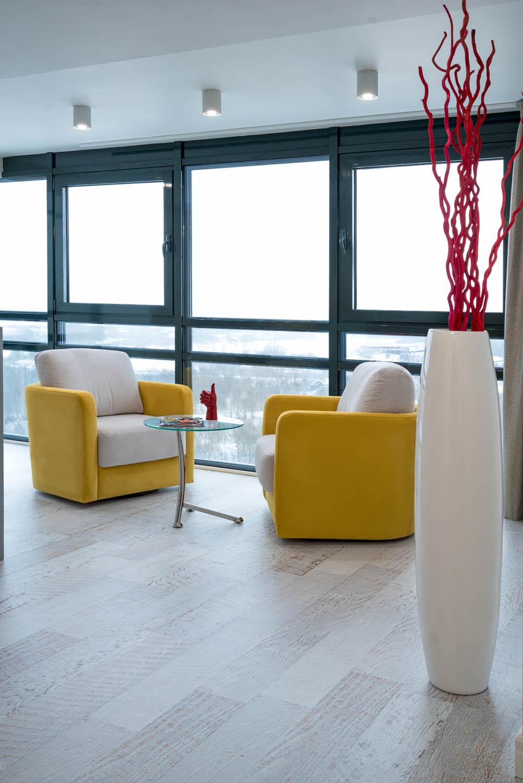 Дизайн интерьера зоны отдыха с панорамным остеклением