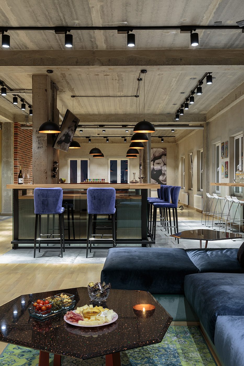 Барная стойка с зоной отдыха в квартире в стиле лофт