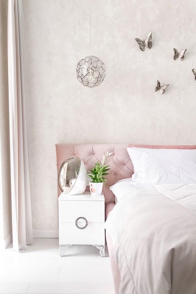 Дизайн квартиры в современном стиле с оттенками белого и серебристого. Спальня