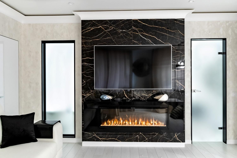 Дизайн квартиры в современном стиле с оттенками белого и серебристого. Гостиная