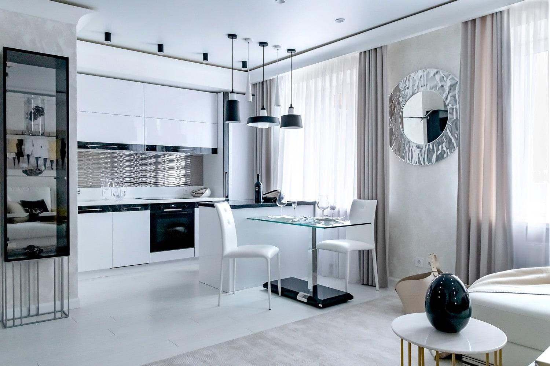 Дизайн квартиры в современном стиле с оттенками белого и серебристого. Кухня с гостиной