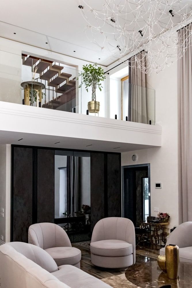 Реализованный интерьер загородного дома. Двухуровневая гостиная