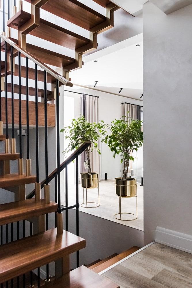 Реализованный интерьер загородного дома. Современная лестница