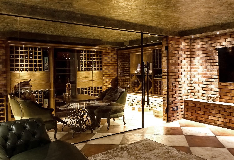 Реализованный интерьер загородного дома. Винотека и сигарная